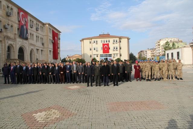 Midyat Hükümet Konağı'nda düzenlenen törende, Atatürk Anıtı'na çelenklerin sunulmasının ardından saat 09.05'de çalan siren eşliğinde saygı duruşunda bulunuldu, İstiklal Marşı okundu, Türk bayrağı yarıya indirildi.