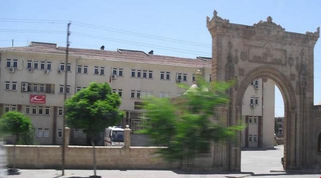 Kiliseler  Mort Smuni Kilisesi: Onuncu asırda yapılmış tarihi bir kilisedir. Metropolit merkezi olarak da kullanılır. Bayramlaşma bu kilisede yapılmaktadır.  Mor Barsavmo Kilisesi: Temeli IV. asırda atılmıştır. Bu temel üzerinde 1910 da yeniden inşa edildi.  Mor Aksanoya Kilisesi: İlçe merkezinde bulunan en eski kilisedir. IV. asırda putperestlerin tapınağı üzerinde inşa edilmiştir. 1961'de eski kalıntılardan yararlanılarak restore edilen bu kilise, ilçenin dışına doğru güneydoğu kesiminde yer almaktadır.  Mor Sarbel Kilisesi: İlçe merkezinde bulunan bu kilise en göz alıcı kiliselerden biridir.  Protestan Kilisesi: 1900'lu yılların başlarında inşa edilmiştir.  Meryem Ana Kilisesi: Kulesi olmayan bu tarihi kilise Katolik cemaatine aittir.  Mor Abraham Kilisesi: V. yüzyılda Mor Gabrielli iki keşiş tarafından (Abraham ve Hobel) kurulmuş.. Midyat Hıristiyanlarının merkez mezarlığı buradadır. Bu manastırda Meryem ana kubbesi vardır.  Meryem Ana Kilisesi (Anıtlı köyünde): Anıtlı köyünde bulunan bu kilise günümüzde eşine az rastlanan bir mimari özelliğe sahiptir.  Hah Katedrali (Mor Sobo Kilisesi): VI. yüzyılda Mor Sobo' ya adanmış olan bu katedralin kalıntıları önemli bir tarihi eserdir.     Hah Harabeler-i: Anıtlı ile Karagöl arasında yer alan harabelerle ilgili elde yazılı bir kaynak olmamakla birlikte büyük bir medeniyetin izlerini taşımaktadırlar.