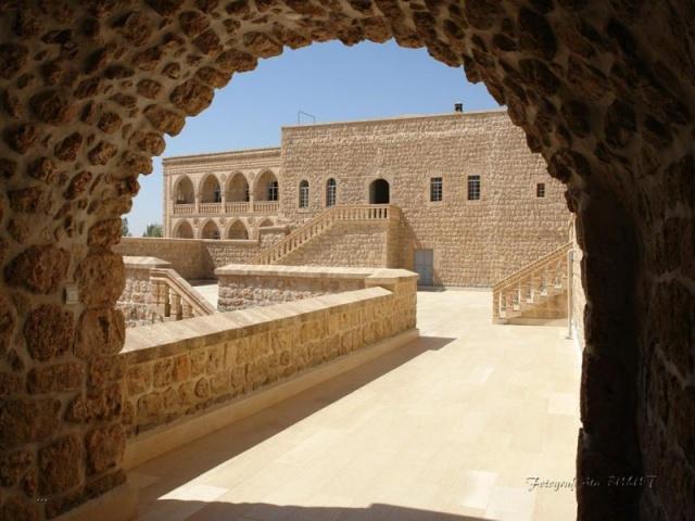 İklim  Mardin iline 1,5 saat uzaklıkta yeralan Midyat, Mardin ile benzer iklim özellikleri gösterir. Akdeniz iklimi ile karasal iklimin ortak özelliklerine sahip olan Midyat'ta yazları çok sıcak ve kurak, kışları ise yağışlı ve soğuktur.