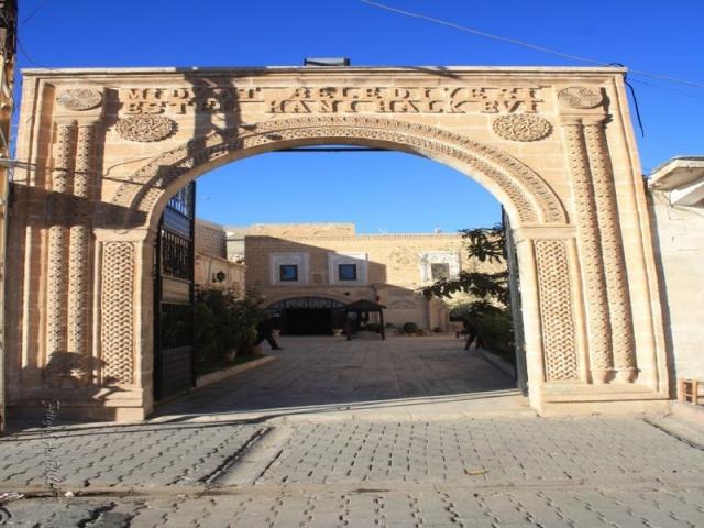 """Yukarı Mezopotamya'nın bir parçası olan ilçe, Tur-Abidin(Turabdin) Bölgesinde kurulmuştur. Midyat, MÖ 9. yy. Asur Tabletlerinde mağara kenti anlamında """"Matiate"""" olarak geçer. Büyük olasılıkla da adı buradan gelmektedir"""