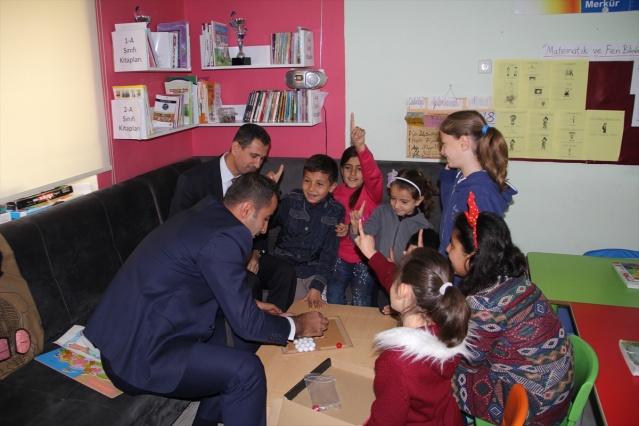 MARDİN (AA) - Mardin'in Midyat ilçesinde, sınıf öğretmeni Ramazan Arslan, çocukların modern şartlarda eğitim görmesi için çabalıyor.