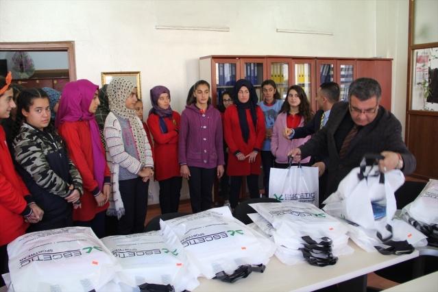 İstanbul'da yaşayan hayırsever Hüseyin Durmaz, Aziz Önen Kız Anadolu Lisesi ve Yayvantepe Ortaokulu'ndaki başarılı öğrencilere 300 eşofman gönderdi.
