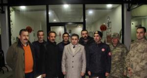 MidyatKaymakamı Hüseyin Tekin, yılbaşında görev yapan güvenlik güçleri, sağlık çalışanları ve itfaiye ekiplerini ziyaret etti.