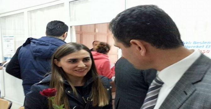 Midyat'ta Göreve Başlayan Öğretmenler Güllerle Karşılandı
