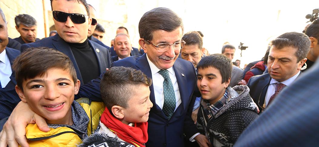 Başbakan Davutoğlu, Midyat'taki telafi eğitim programına katılan öğrencilerle bir araya geld