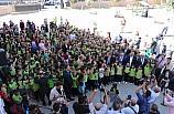 Vali töreni öğrencilerle ayakta izledi