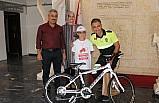 Hatalı sürücüleri uyaran çocuğa bisiklet