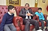 Türk bayrağını öpen çocuklar ödüllendirildi