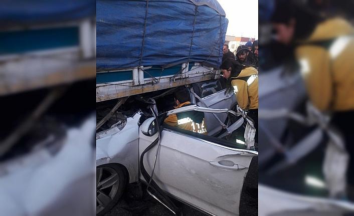 Otomobil kamyonun altına girdi: 1 ölü