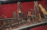 Süryani ustalarının tarihi malzemelerini iş yerinde sergiliyor