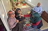 Engelli eşi ve çocuklarına adeta gözü gibi bakıyor