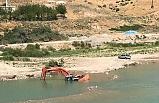 Baraj kapakları açılınca iş makinesi sular altında kaldı