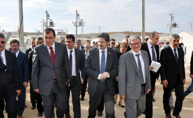 TBMM İnsan Haklarını İnceleme Komisyonu Başkanı Ayhan Sefer Üstün, Midyat çadır kente incelmelerde bulundu.