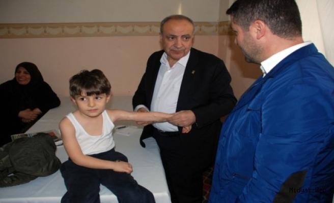 Dr. Nihat Özkan, Seçim Çalışmalarında Hasta Muayenesi Yapıyor