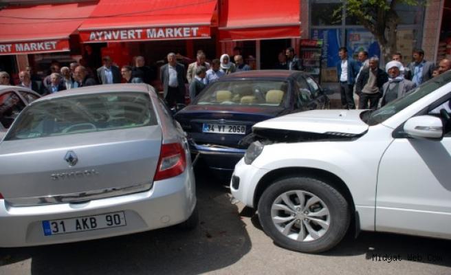 Yabancı Uyruklu Araç Midyat'ta Park Halindeki Araçlara Çarptı
