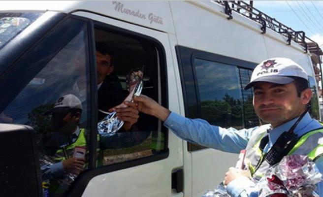 Midyat Polisi, Sürücüleri Kemer İçin Uyarıp Karanfil Verdi