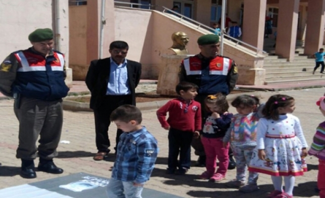 Midyat Jandarma Ekiplerinden Karanfilli Trafik Haftası Uygulaması