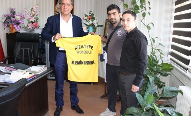 Kızıltepe Spor Kulübü, Artuklu Belediyesi Eş Başkanı Emin Irmak'a forma hediye etti
