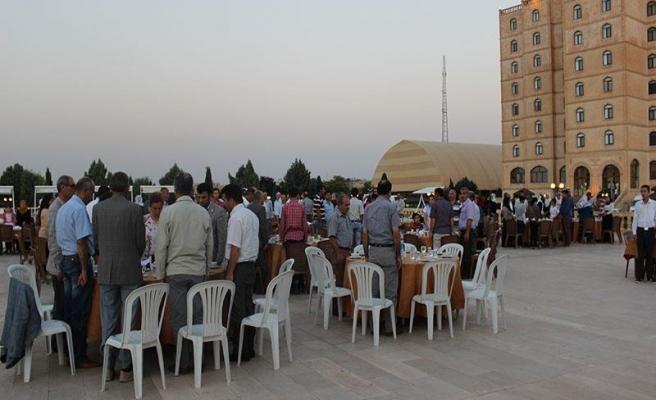 Büyükşehir ve MEYADER Midyat'ta ailelere iftar yemeği verdi