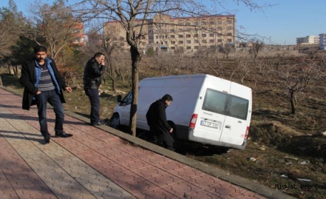 Midyat'ta Minibüs Tarlaya Uçtu, Yol Değil Köstebek Tarlası