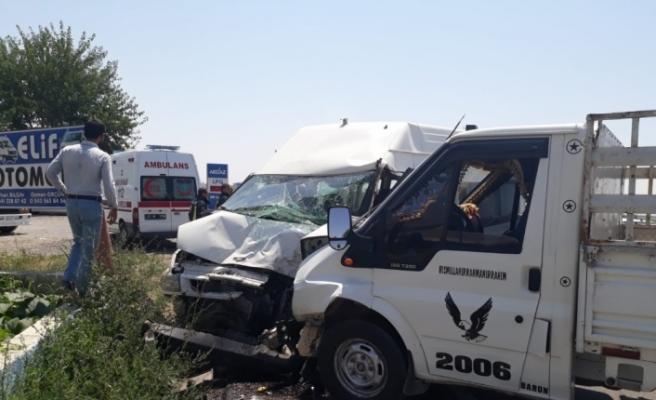 Şanlıurfa'da kamyonet ile minibüs çarpıştı: 7 yaralı