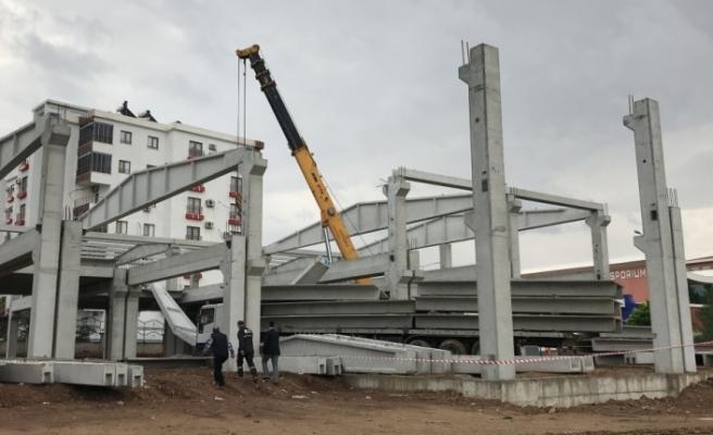AVM inşaatında beton blok düştü: 2 yaralı