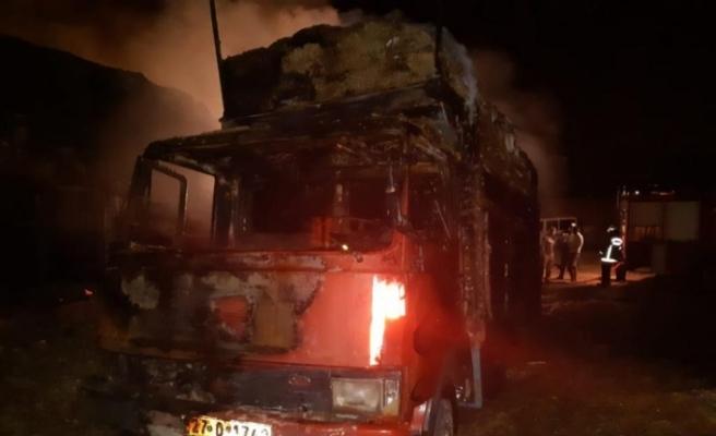 Şanlıurfa'da saman yüklü 2 kamyon yandı