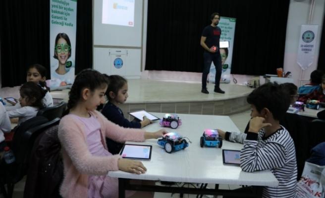 Çocukları robotik kodlama ve yaratıcı düşünmeyle tanıştırıyorlar