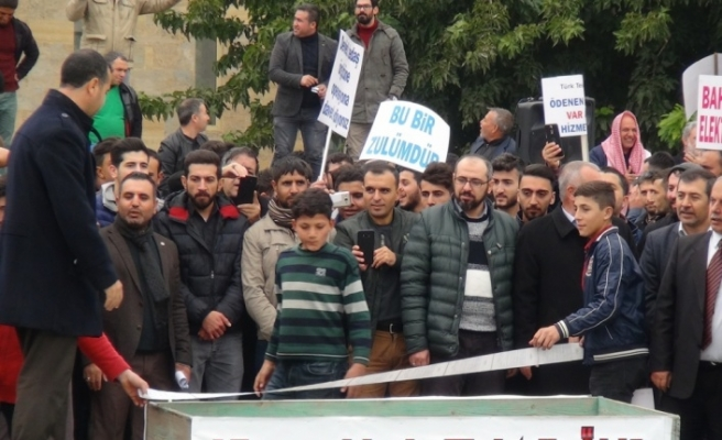 Elektrik kesintisini tabut taşıyarak protesto ettiler