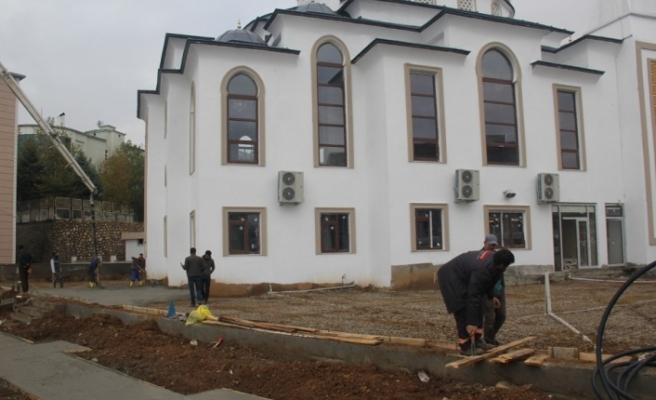 Kulp'ta Merkez Camisi'nin çevre düzenlemesi yapılıyor