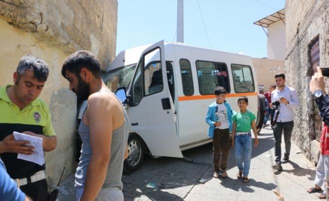 Şanlıurfa'da öğrenci servisi evin duvarına çarptı