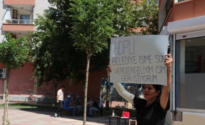 Belediyenin işten çıkardığı kadından HDP önünde protesto