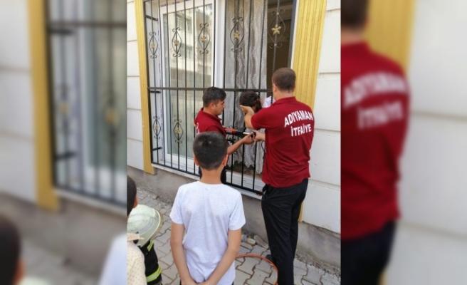 Kafası pencere korkuluğuna sıkışan çocuk kurtarıldı