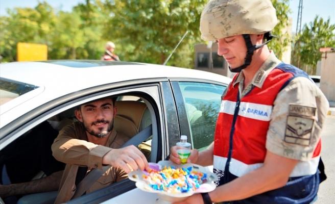 Jandarmadan sürücülere şeker ikramı