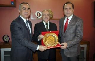 Dr. Nihat Özkana Kızıltepeliler Derneğinden Plaket