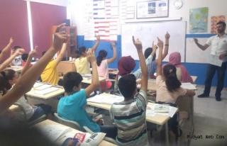 Meslektaşları tatil yaparken onlar, okulda ders...