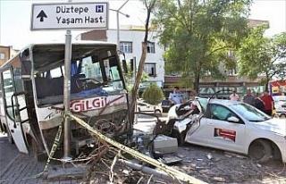 Freni boşalan minibüs, otomobil ve motosiklete çarptı:...