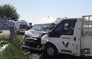 Şanlıurfa'da kamyonet ile minibüs çarpıştı:...