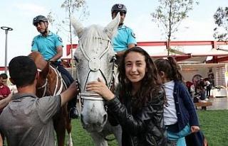 Atlı jandarmalar Diyarbakırlı çocukların ilgi...