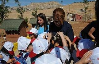 Mardin'de öğrenciler barınaktaki hayvanlarla buluştu