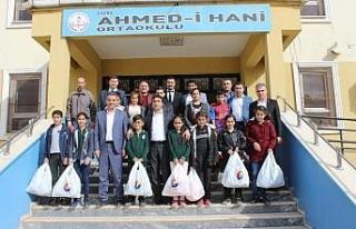 Cizre'de bin 300 öğrenciye yardım