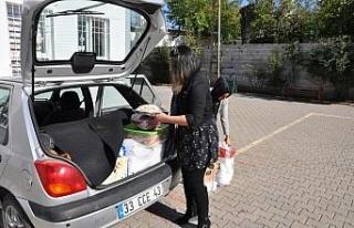 Ev kadınları köydeki öğrencilere yardım götürdü