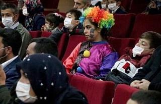 Lösemiyi yenen genç kız maskeyi atmanın mutluluğunu...
