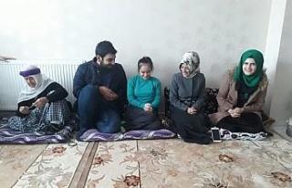 AK Partili gençlerin tekerlikli sandalye yardımı