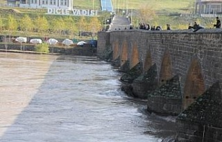 Dicle Barajı'nın kapaklarından birinin yağış...