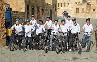 Midyat'ta Gençler Pedal çevirerek tarihi mekanları...