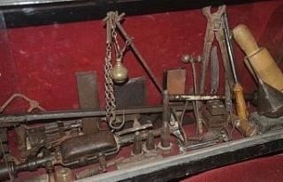 Süryani ustalarının tarihi malzemelerini iş yerinde...