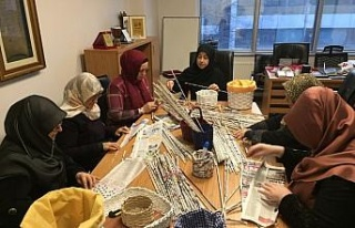 Yemen için gazete kağıtlarından sepet yapıp sattılar