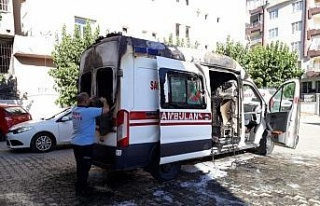 Park halindeki ambulans yandı