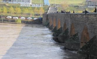 Dicle Barajı'nın kapaklarından birinin yağış nedeniyle kopması
